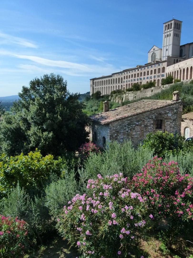 Basílica de São Francisco coroa a paisagem da cidade de Assis, na região italiana da Umbria