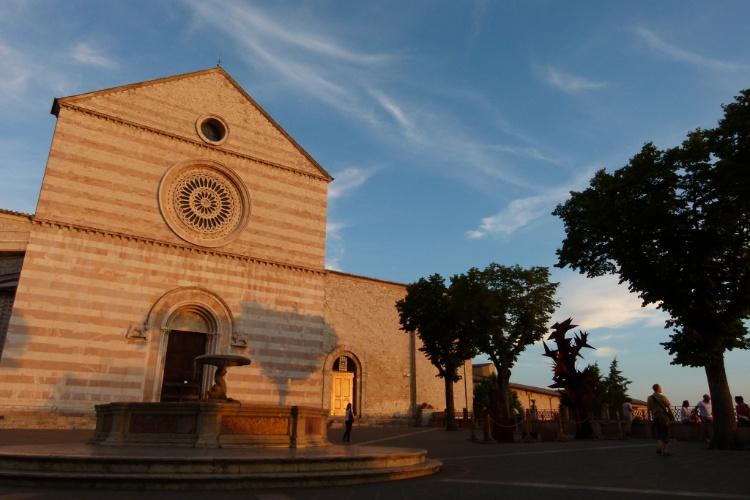 Pôr do sol ilumina a Basílica de Santa Clara, um dos principais monumentos religiosos de Assis, na Itália
