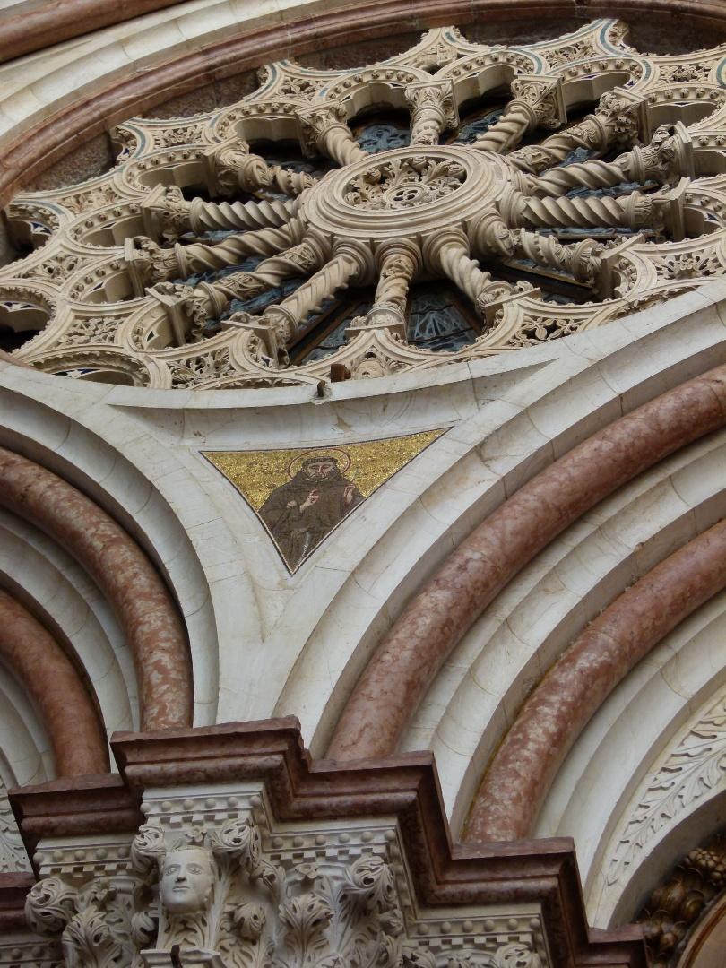 Detalhe da fachada da Basílica de São Francisco, na Itália