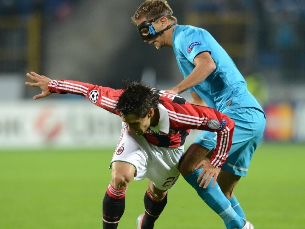 Domenico Criscito (dir.), do Zenit, usa uma máscara na partida contra o Milan pela Liga dos Campeões