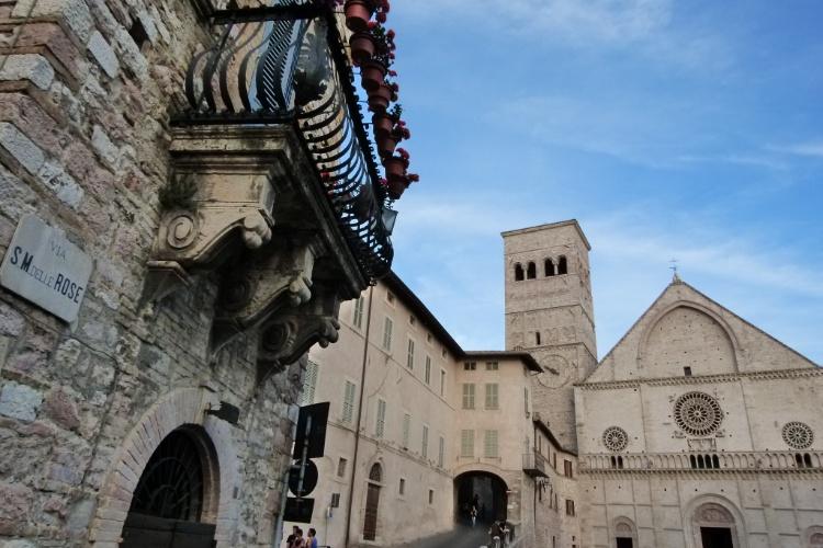 Em Assis, a igreja Duomo di San Rufino abriga a fonte onde foram batizados São Francisco e Santa Clara