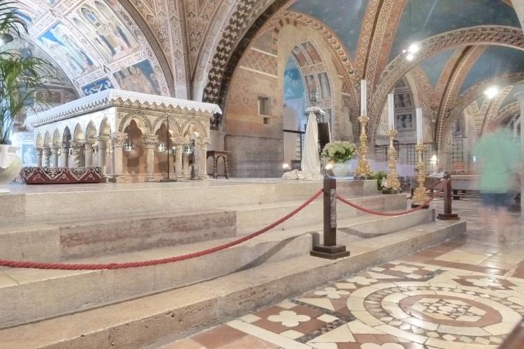 Em uma visita a Assis, os turistas podem conhecer o interior da Basílica di San Francesco, que guarda os restos mortais de São Francisco