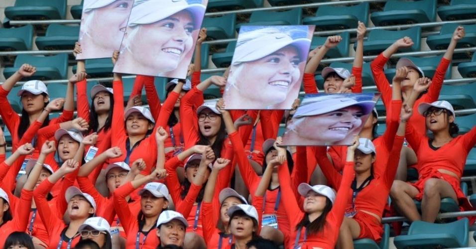 Fãs chineses de Maria Sharapova exibem cartazes com a foto da musa em Pequim