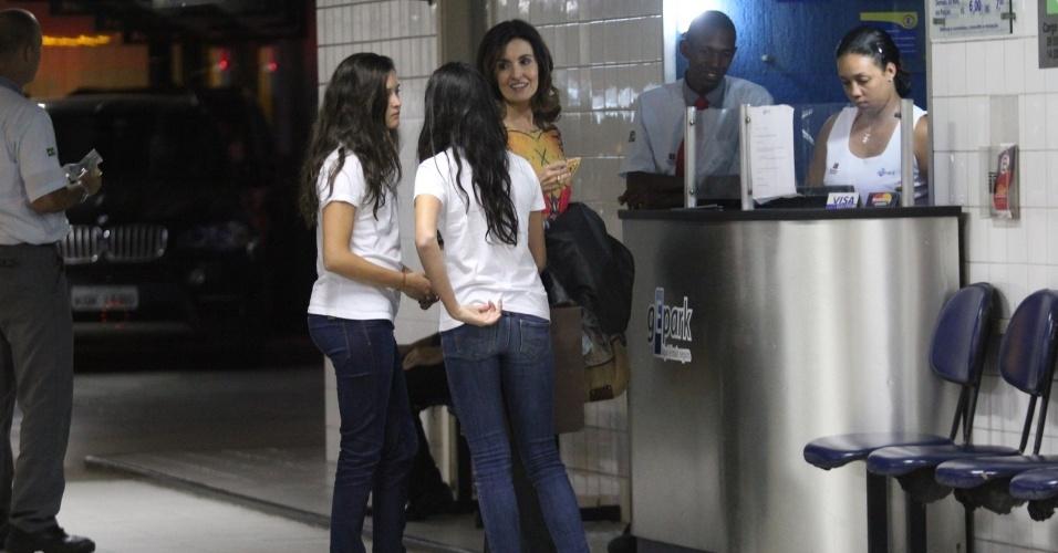 Fátima Bernardes busca carro em estacionamento, acompanhada de suas duas filhas (3/10/12)