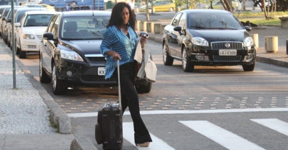 Glória Maria desembarca no aeroporto Santos Dumont, no Rio de Janeiro (2/10/12)