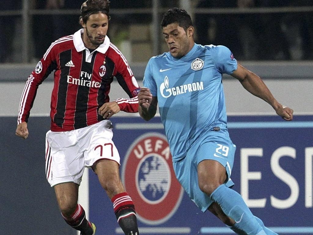 Hulk, atacante brasileiro do Zenit, tenta a jogada na partida contra o Milan pela Liga dos Campeões