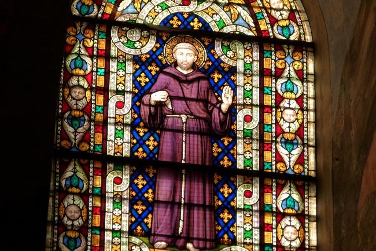 Imagem de São Francisco adorna vitral da basílica da cidade italiana de Assis, na Umbria