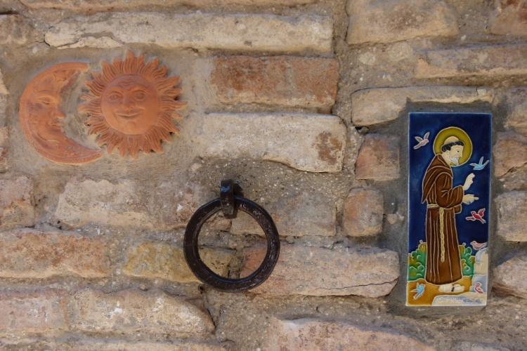 Imagem de São Francisco decora parede da cidade de Assis, na Itália