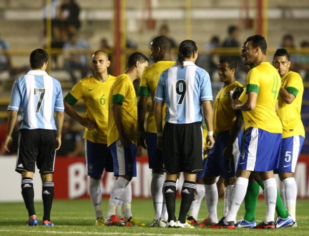 Jogadores brasileiros e argentinos mostram constrangimentos em esperar o início da partida