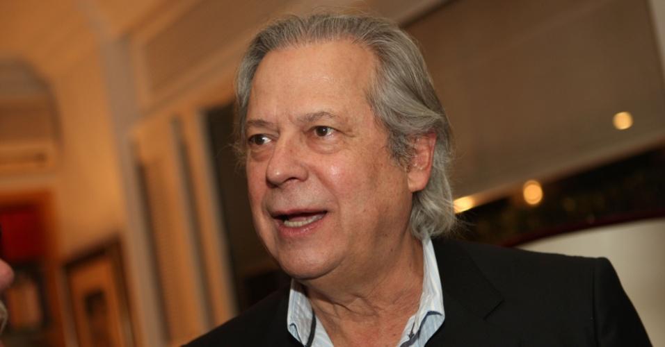 José Dirceu, réu no processo do mensalão, participa de jantar em homenagem ao embaixador Samuel Pinheiro Guimarães