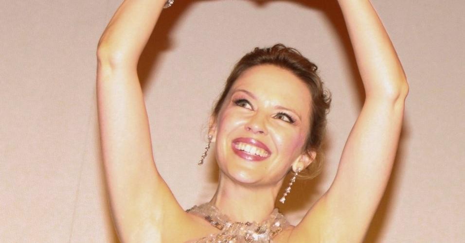"""Kylie Minogue faz um coração com as mãos na exibição do filme """"Holy Motors"""" no Cine Odeon, no Festival do Rio (2/10/12)"""