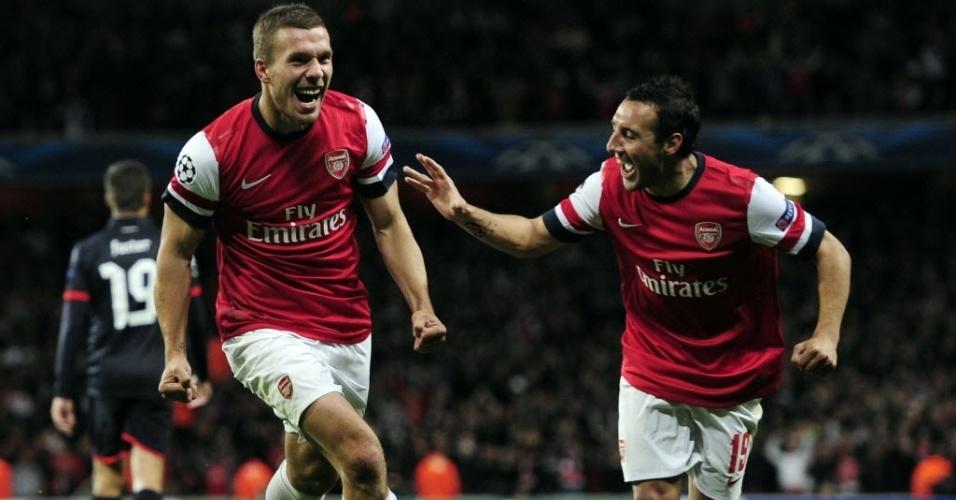 Lukas Podolski comemora com Cazorla gol marcado na partida entre Arsenal e Olympiacos, pela Liga dos Campeões