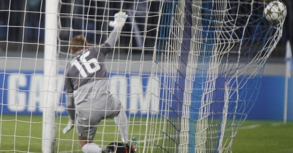 Malafeev, goleiro do Zenit, não conseguiu evitar o segundo gol do Milan, marcado por El Shaarawy