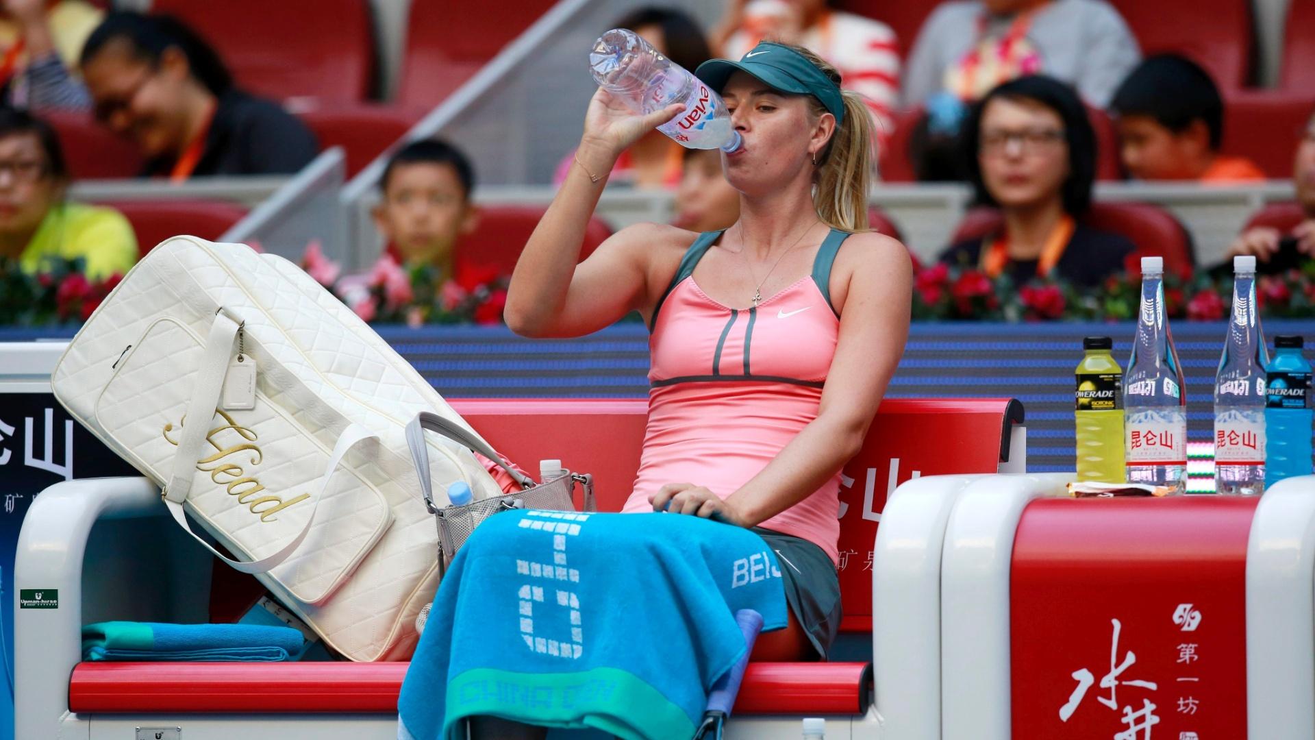 Maria Sharapova bebe água durante intervalo de vitória sobre Sorana Cirstea no ATP 500 de Pequim