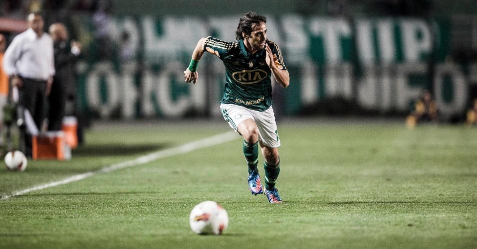 Meia Valdivia, do Palmeiras, tenta a arrancada durante jogo contra o Millonarios