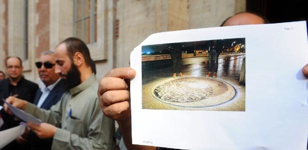 A obra chegou a ser exibida, mas cerca de 80 pessoas se reuniram para impedir que as pessoas passassem pelo local - Remy Gabalda/AFP