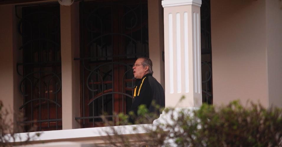 O ex deputado José Dirceu entra na casa de sua mãe no interior de Minas Gerais. Ele assistiu parte do julgamento do mensalão no interior do Estado