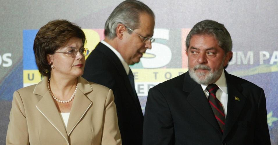 O presidente Luiz Inácio Lula da Silva e o ex-ministro da Casa Civil José Dirceu (centro) na posse da nova ministra, Dilma Rousseff, no Palácio do Planalto, em Brasília, em 2005.