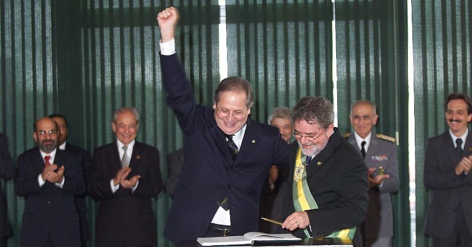 O presidente Luiz Inácio Lula da Silva empossa José Dirceu (esq.) como ministro-chefe da Casa Civil, no Palácio do Planalto. (Brasília, DF, 01.01.2003. Foto: