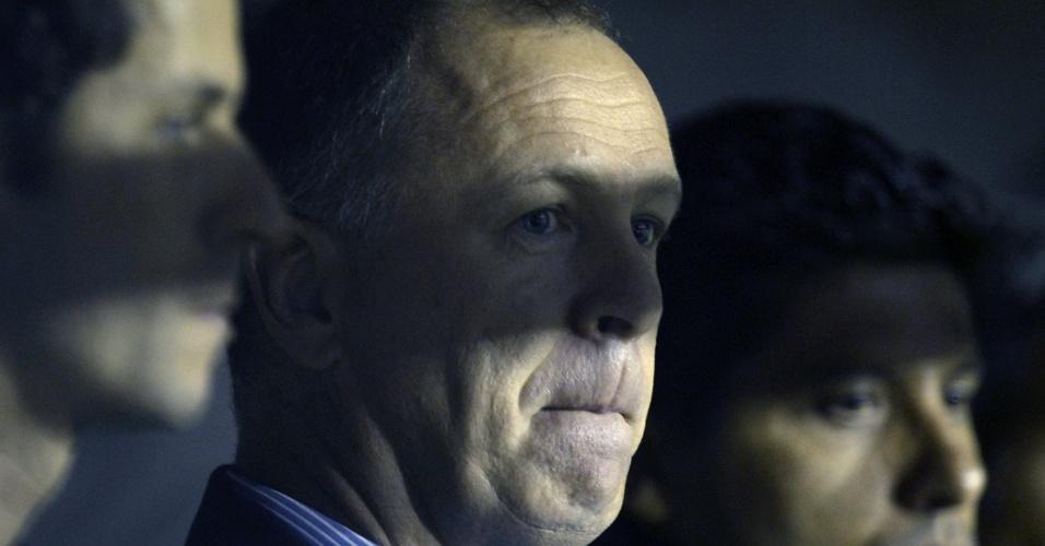 Técnico brasileiro Mano Menezes aguarda retorno da luz; falhas na iluminação causaram o cancelamento do jogo