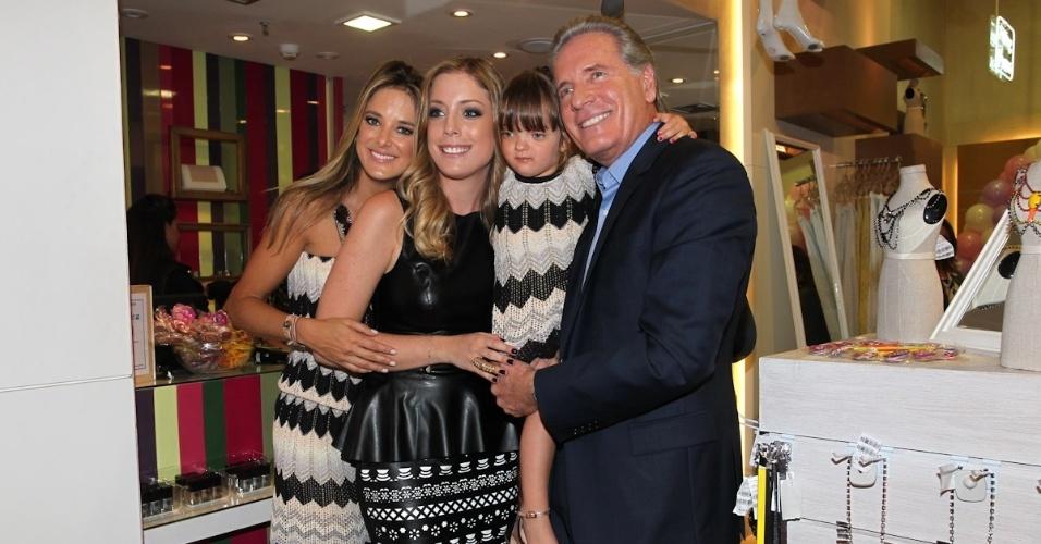 Ticiane Pinheiro (esq) vai com a filha Rafaella e o marido Roberto Justus ao lançamento de uma nova linha de roupas de Fabiana Justus, filha mais velha do empresário (3/10/12)