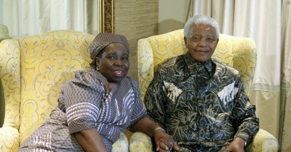 4.out.2012 - Ex-ministra do Interior da África do Sul Nkosazana Dlamini-Zuma posa para foto ao lado do ex-presidente Nelson Mandela, 94, em sua residência em Qunu