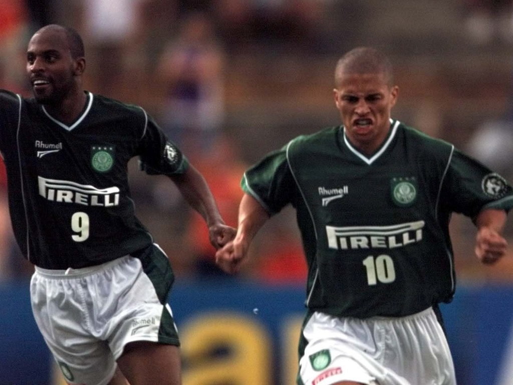 Alex comemora gol ao lado de Christian em clássico contra o Santos
