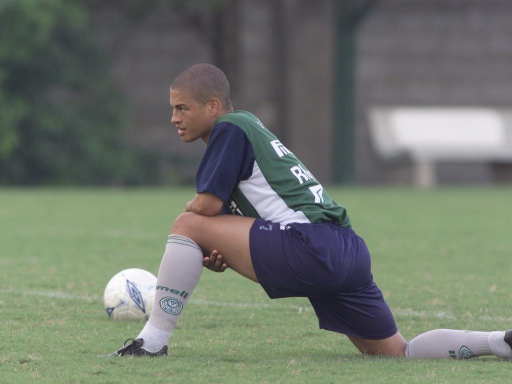 Alex faz alongamento no Palmeiras durante treino