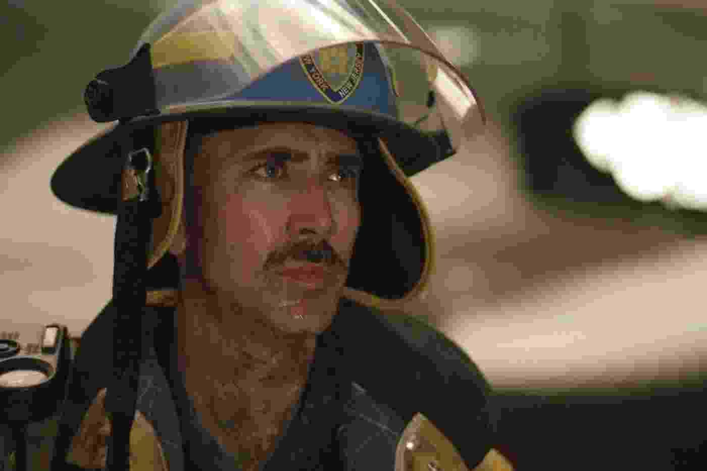 """""""As Torres Gêmeas"""" (2006) acompanha os policiais John McLoughlin (Nicolas Cage) e Will Jimeno (Michael Pena) na manhã dos atentados de 11 de setembro de 2001 - Divulgação"""