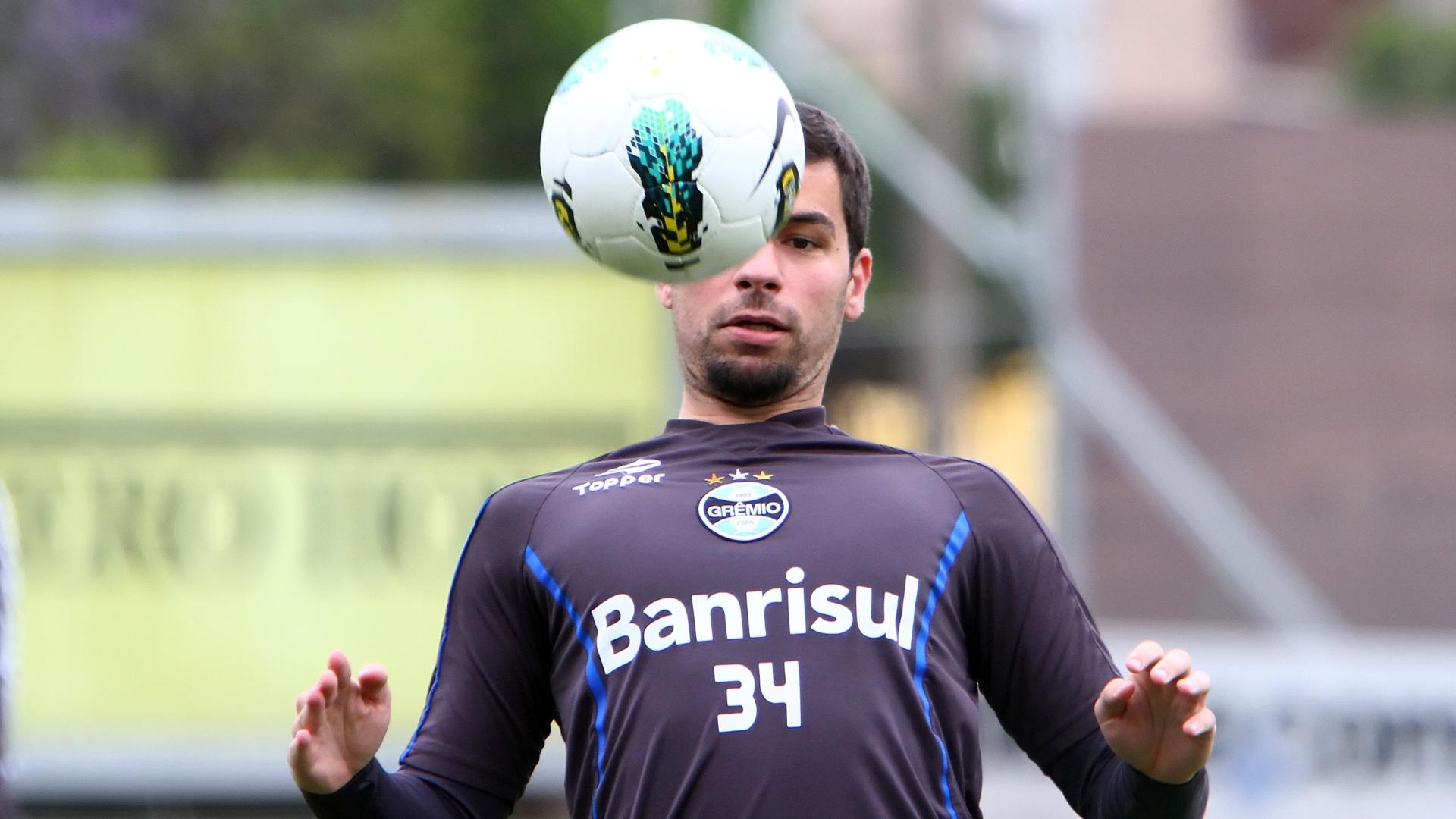 Atacante André Lima controla a bola durante treino do Grêmio (4/10/2012)