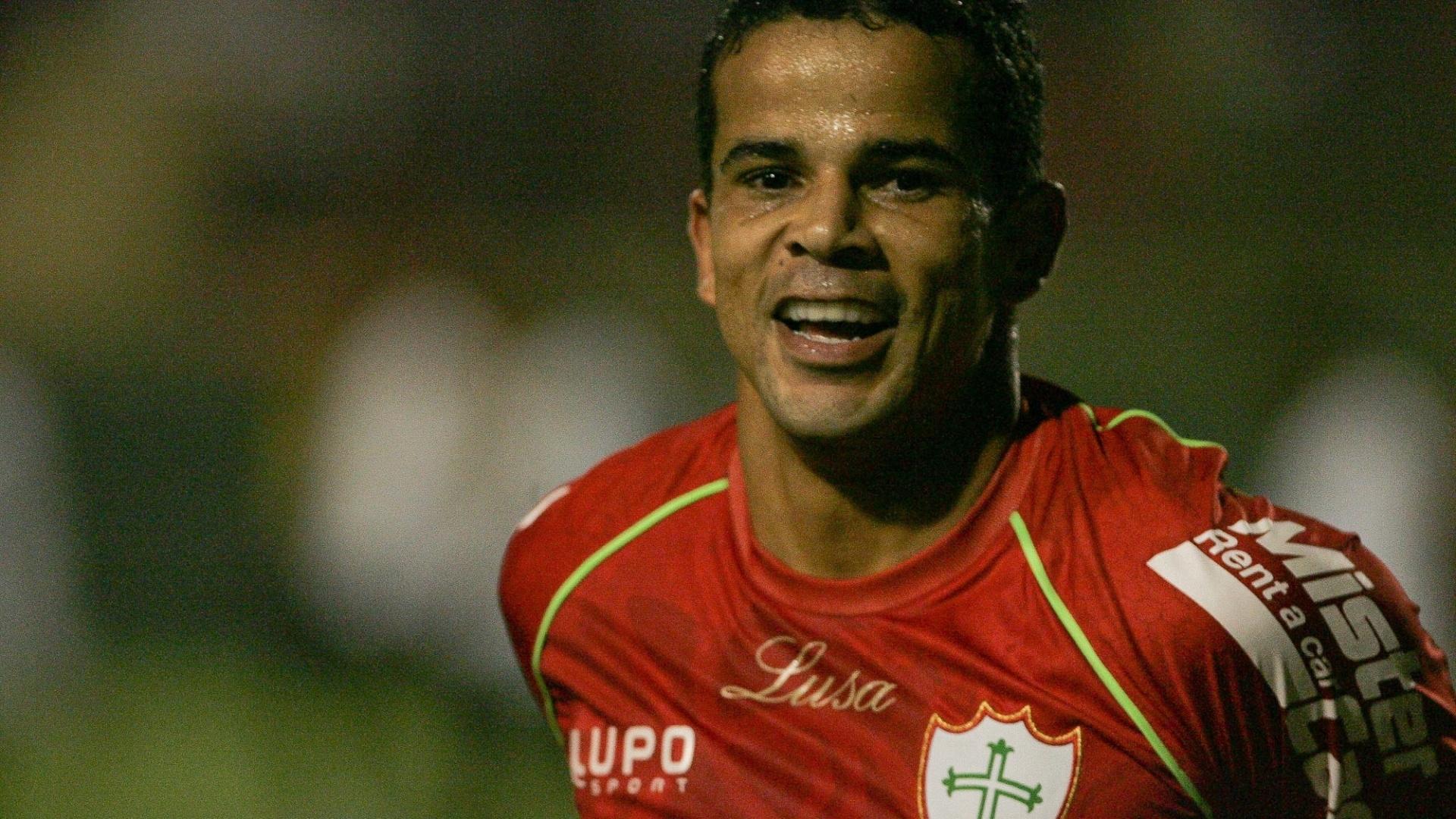 Bruno Mineiro, atacante da Portuguesa, comemora um de seus três gols na goleada sobre o Sport, no Canindé