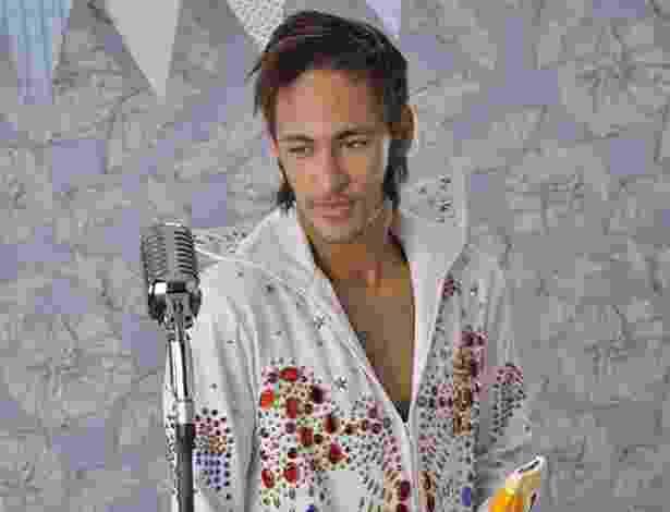 Com o sorvete do patrocinador na mão, Neymar se traveste de Elvis Presley, o Rei do Rock, para um comercial - Divulgação/Kibon
