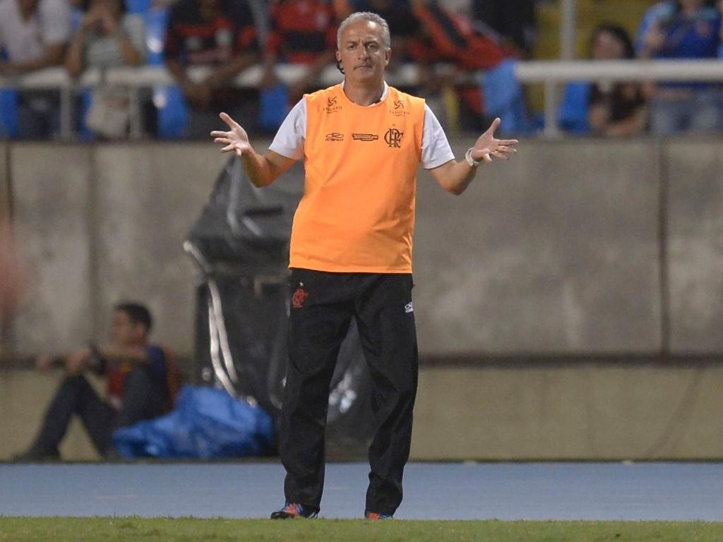 Dorival Junior, técnico do Flamengo, gesticula com os jogadores de sua equipe durante o jogo contra o Bahia