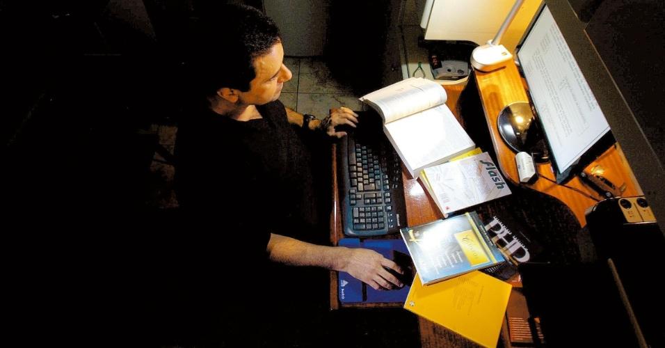 Fábio Cristófalo da Silva, que faz curso de MBA on-line, posa para foto em sala de estudo de sua casa, em São Bernardo do Campo, SP. (São Bernardo do Campo, SP, 27.11.2008. Foto de Marcelo Justo/Folhapress)