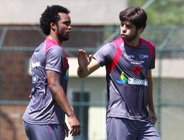 Juninho e Carlos Alberto conversam durante treinamento do Vasco da Gama (04/10/2012)