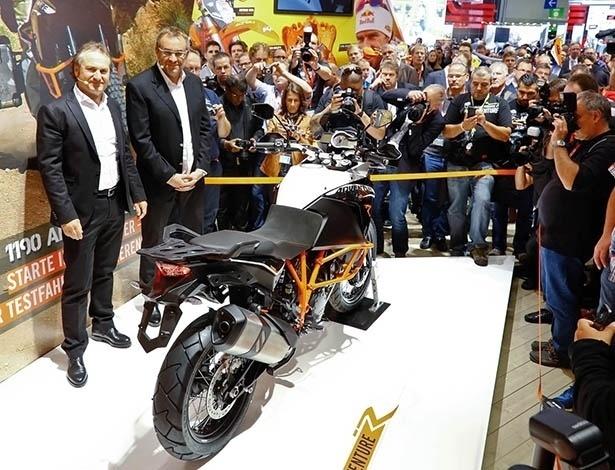 Hubert Trunkelpoz, diretor comercial da KTM, à esquerda, apresenta a nova 1190 Adventure no Salão de Colônia - Arthur Caldeira/Infomoto