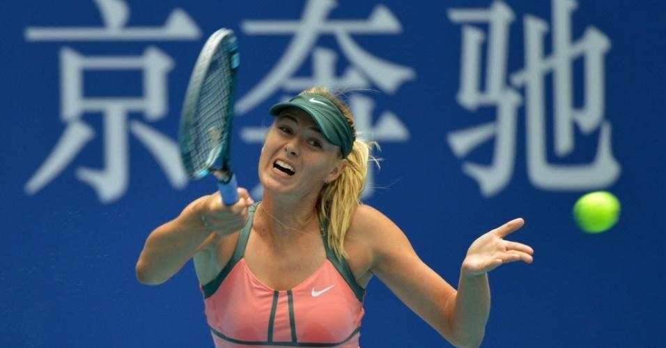 Maria Sharapova rebate durante vitória sobre Polona Hercog no Torneio de Pequim (04/10/2012)