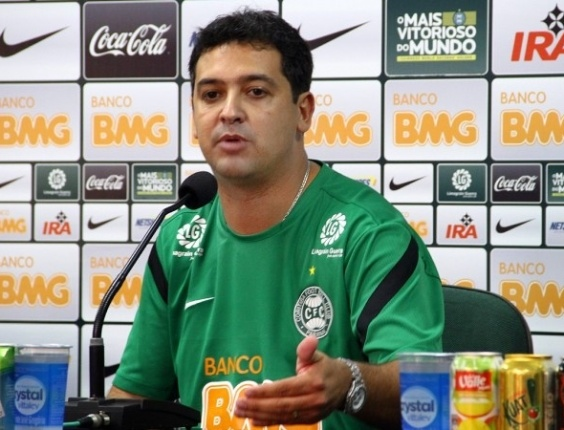 Marquinhos Santos, técnico do Coritiba, participa de entrevista coletiva