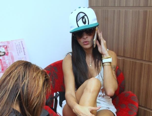 """Nesta quinta-feira (4), a dançarina e ex-capa da """"Playboy"""" Aline Riscado teve seu momento """"menininha"""" em um salão de beleza, na Barra da Tijuca, na zona oeste do Rio (4/10/2012)"""