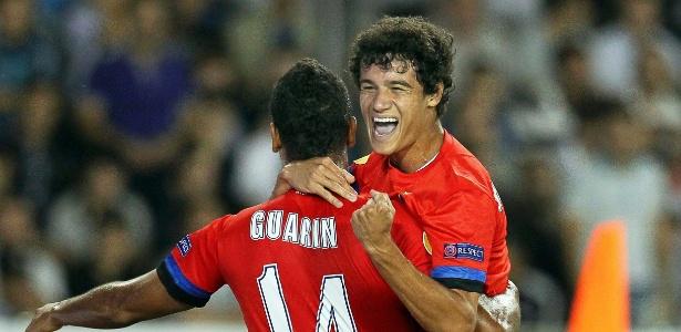 Coutinho é abraçado por Guarín após marcar um golaço de letra na vitória da Inter