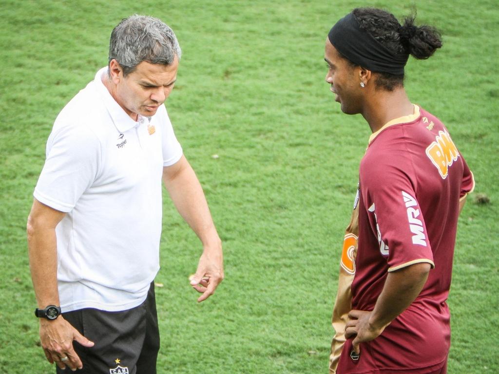 Preparador físico Carlinho Neves conversa com Ronaldinho Gaúcho