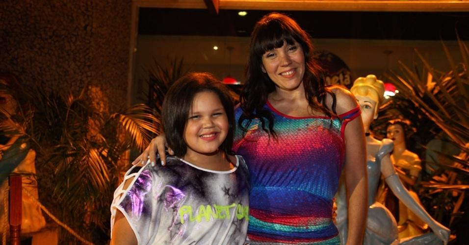 Simony com a filha Aysha na festa em bufê infantil em São Paulo de Pedro Henrique e Luana, filhos do apresentador Celso Portiolli (3/10/12)