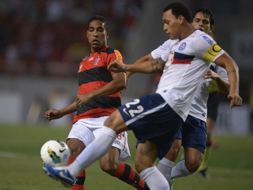 Titi, do Bahia, tenta afastar a bola enquanto recebe a marcação de Cleber Santana, do Flamengo