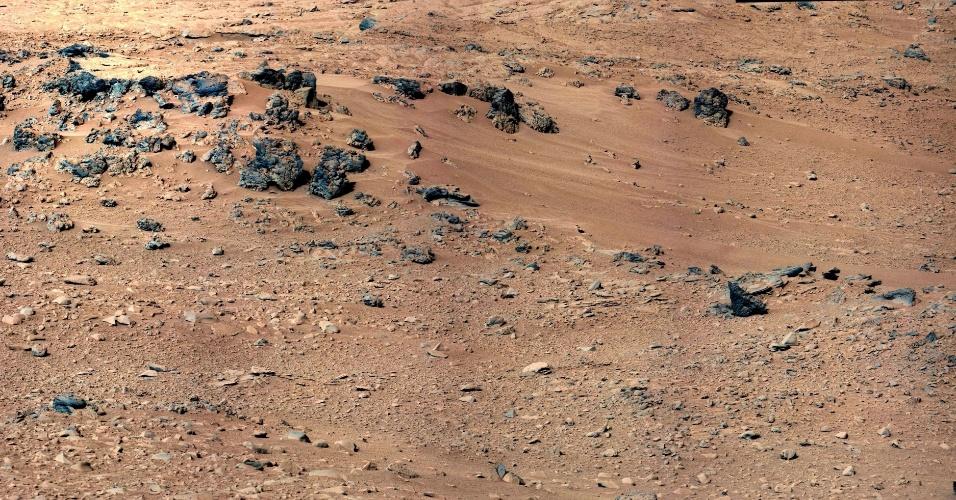 """5.out.2012 - A imagem, divulgada pela Nasa (agência espacial americana), mostra a erosão causada pelo vento no solo rochoso de Marte, apelidado de """"Rocknest"""""""