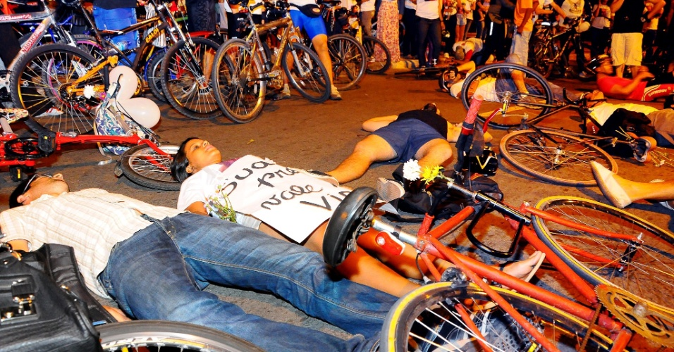 5.out.2012 - Ciclistas se concentraram na praça Derby, em Recife (PE), em protesto às mortes causadas por atropelamentos