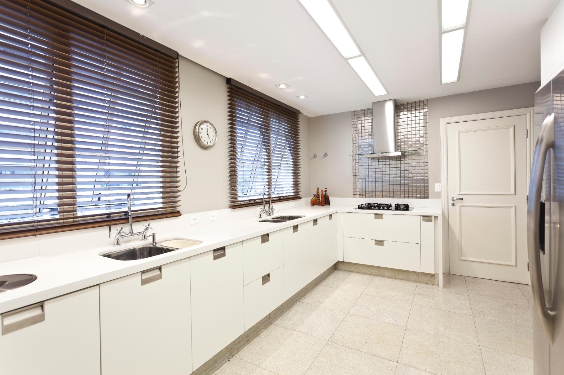 A cozinha, bastante operacional e isolada do resto da casa, recebeu bancada única em