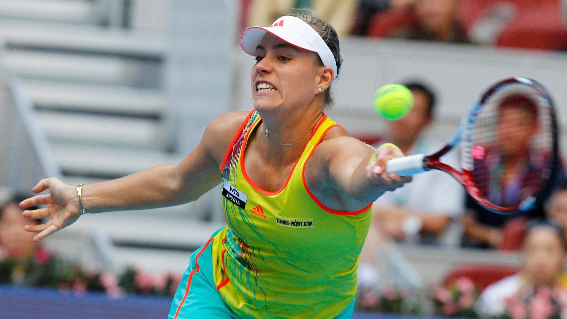 Alemã Angelique Kerber se estica para alcançar a bola em lance da partida contra a russa Maria Sharapova nas quartas de final do Torneio de Pequim (05/10/2012)