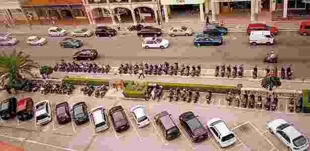 Carros e motocicletas estacionados em vagas apropriadas numa rua... das Bermudas, no Caribe - Julio Abramczyk/Folhapress -- 13.09.05
