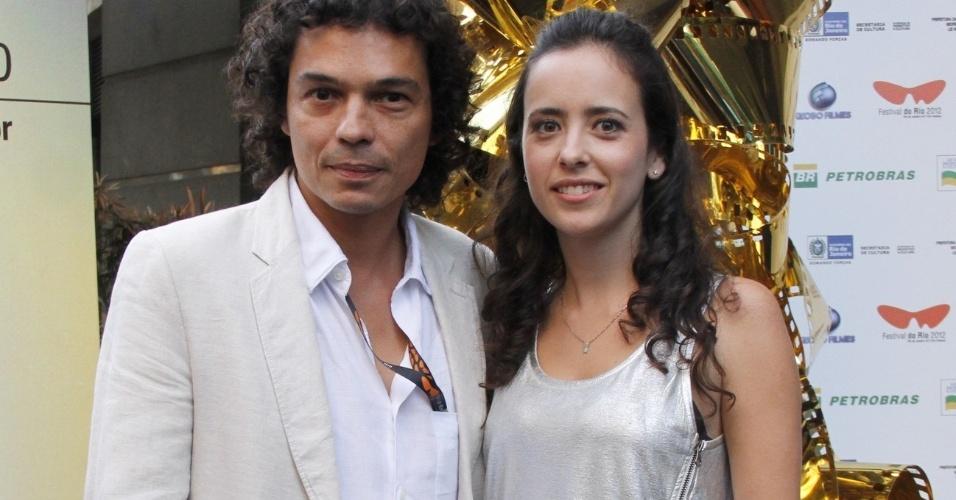 """Cesar Oiticia Filho, filho do artista plástico Hélio Oiticica, e a mulher Julia Ayres, prestigiaram a exibição do documentário """"Hélio Oiticica"""", no Cine Odeon BR, centro do Rio (5/10/12)"""