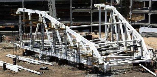 Cobertura do novo estádio do Palmeiras é montada no canteiro de obras